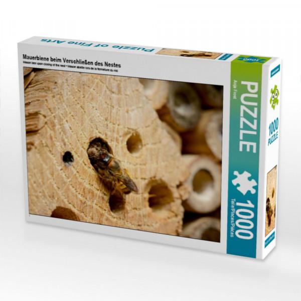 Puzzle Wildbienen in der Natur. Mauerbiene beim Verschließen des Nestes