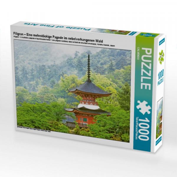 Puzzle Filigran – Eine mehrstöckige Pagode im nebelverhangenen Wald